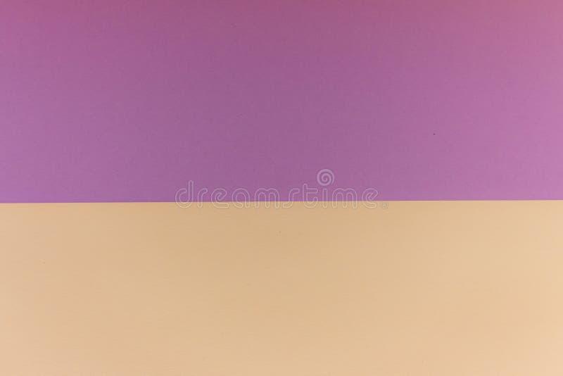 Carte de modèle pourpre et jaune Carton de couleur en pastel Papier peint coloré avec l'espace de copie Fond graphique géométriqu image libre de droits