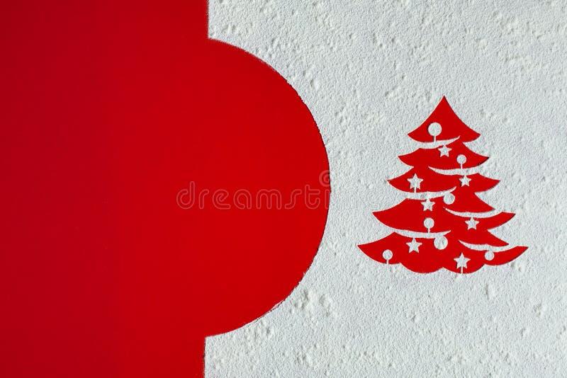 Carte de Noël avec le dessin d'arbre de Noël en farine sur le fond rouge photographie stock libre de droits