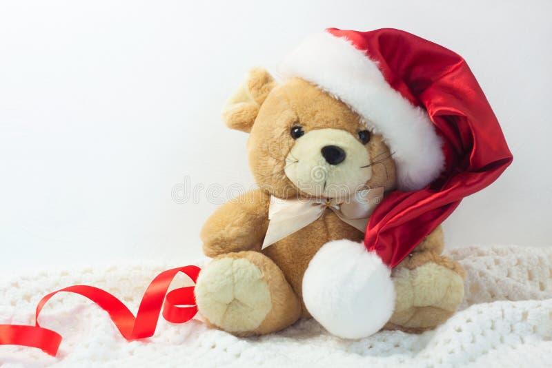 Carte de Noël avec le symbole de l'année 2020 un rat dans un chapeau rouge de Santa sur un fond blanc photos stock
