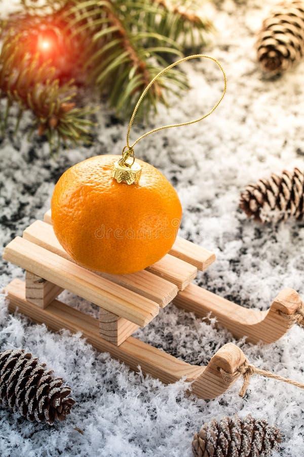 Carte de Noël avec le traîneau en bois, avec le tangerin frais photos libres de droits