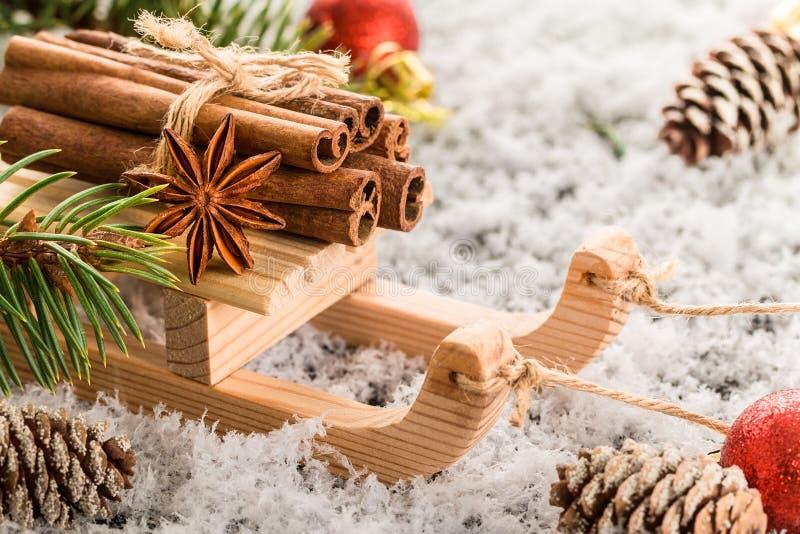 Carte de Noël avec le traîneau en bois avec le tas de la cannelle images libres de droits