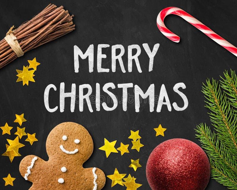 Carte de Noël avec une décoration de bonhomme en pain d'épice et de Noël images libres de droits