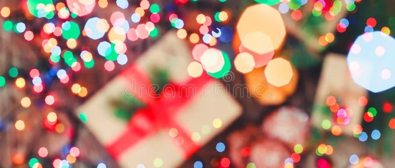 Carte de Noël Biscuits chocolat, cadeaux, mandarines, sucrerie de Noël sur le fond de lumière de tache floue Compositio de Noël e image stock