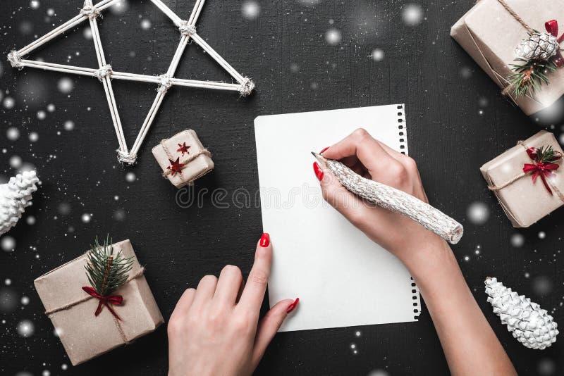 Carte de Noël Quand vous pensez à quels cadeaux vous voulez de Santa Claus L'ambiance de Noël est complétée par a photographie stock libre de droits