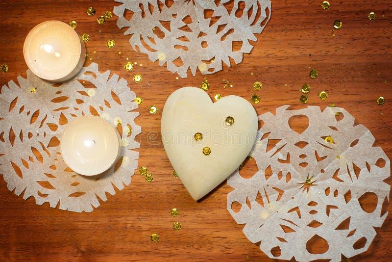 Carte de nouvelle année avec le coeur et les bougies photo stock