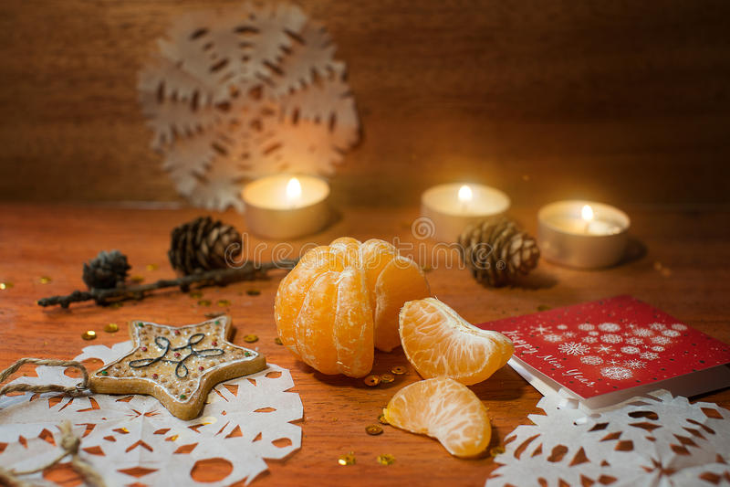 Carte de nouvelle année avec le coeur et les bougies images stock