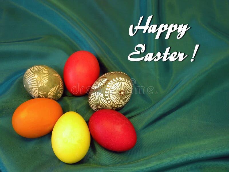 Carte de Pâques heureuse avec des oeufs de pâques photographie stock libre de droits