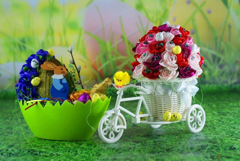 Carte de Pâques, poussins d'oeuf de pâques et oeufs avec des lièvres - travail manuel photos stock