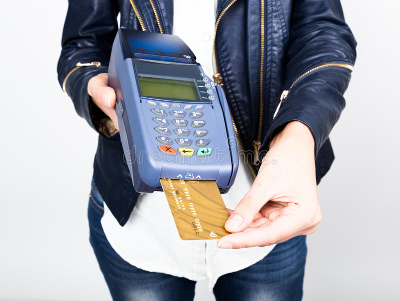 Carte de paiement dans un terminal de banque Le concept de du paiement électronique Plan rapproché d'une main de femme reportant  photos libres de droits