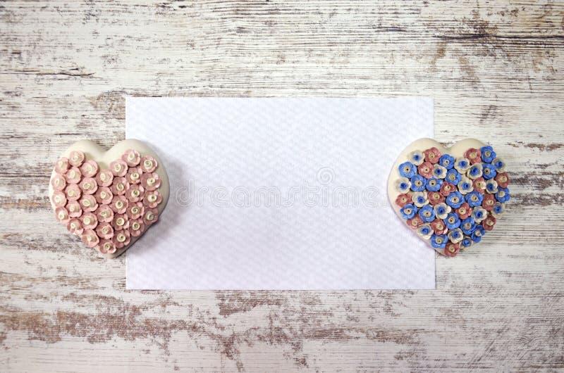Carte de ressort sur une table en bois avec des coeurs Jour du `s de mère Pâques Jour du `s de Valentine anniversaire photographie stock