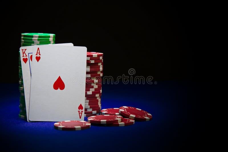 Carte de roi et de tisonnier d'as sur la pile de jetons de poker image libre de droits