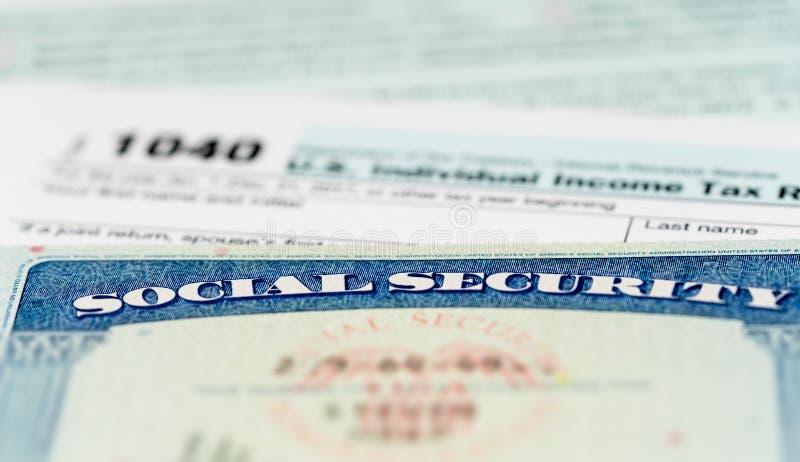 Carte de sécurité sociale des Etats-Unis sur des calculs d'impôt pour la retraite photo stock