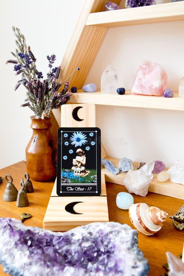 Carte de The Star du tarot Major Arcana sur l'autel de la sorcière photo stock