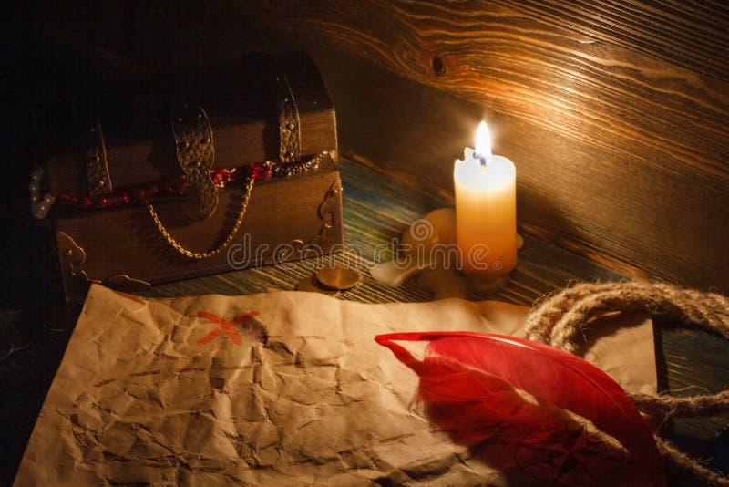 Carte de trésor d'extrémité de coffre au trésor vieille sur une table en bois photographie stock