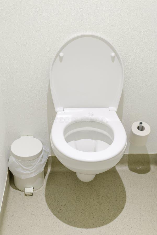 Carte de travail simple avec le toiletpaper et la poubelle dans un hôtel de budget photo libre de droits