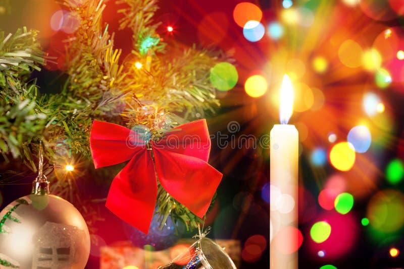 Carte de vacances avec la bougie et ornements sur l'arbre de Noël illustration de vecteur