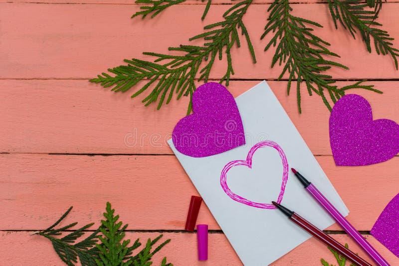 carte de valentine avec des coeurs sur le fond rose photographie stock libre de droits