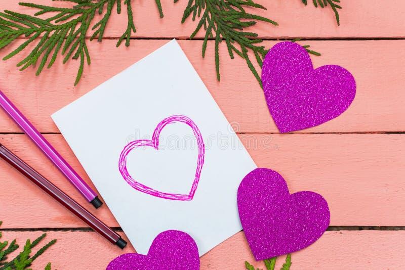 carte de valentine avec des coeurs sur le fond rose photos libres de droits