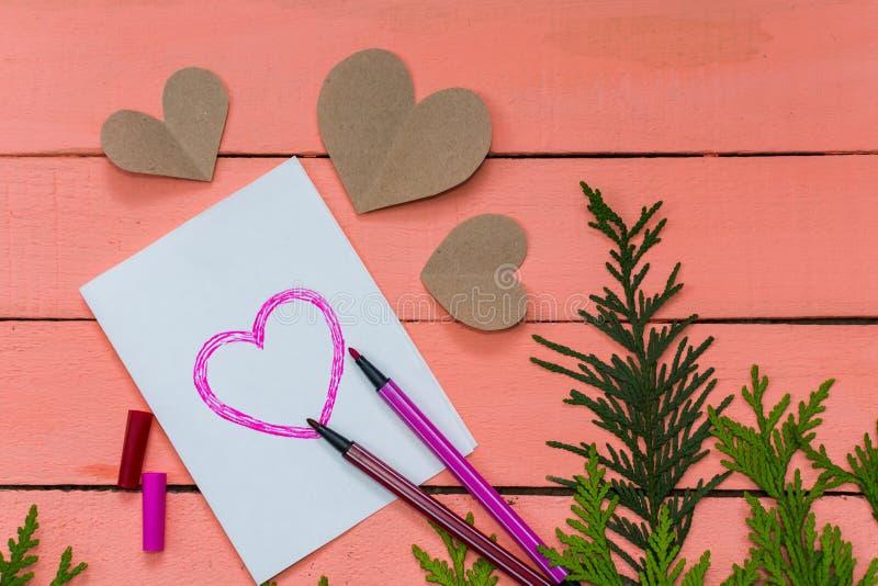 carte de valentine avec des coeurs sur le fond rose photos stock
