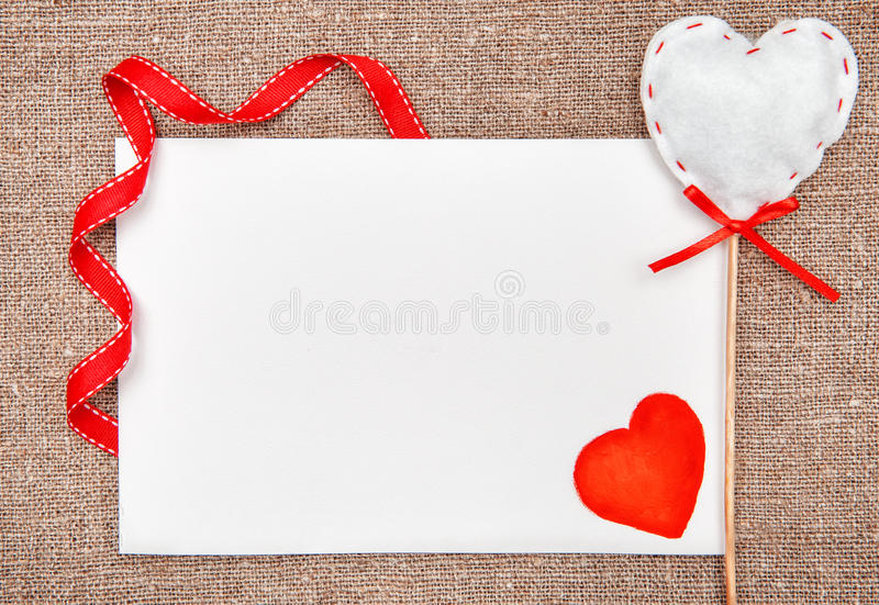 Carte de Valentine avec dessiner le coeur rouge sur la toile de jute image libre de droits