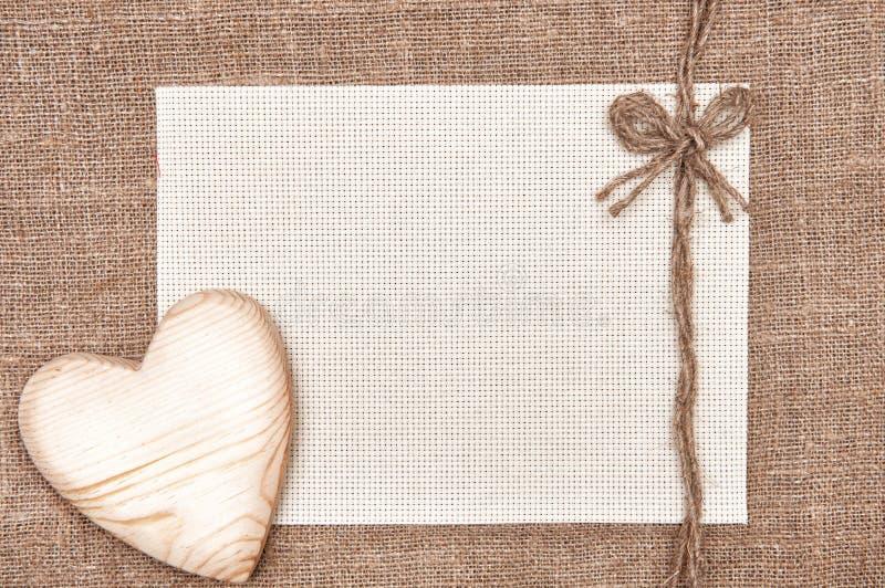 Carte de Valentine avec le coeur et la toile en bois images stock