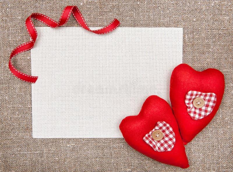 Carte de Valentine avec les coeurs rouges de textile photo libre de droits