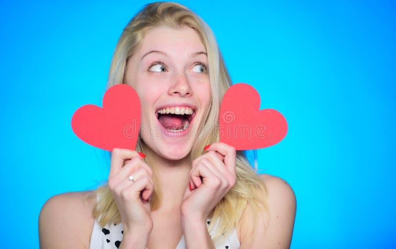Carte de Valentine de lui Partie de jour de valentines Femme heureux sur le fond bleu Amour et romance femme avec décoratif photos stock