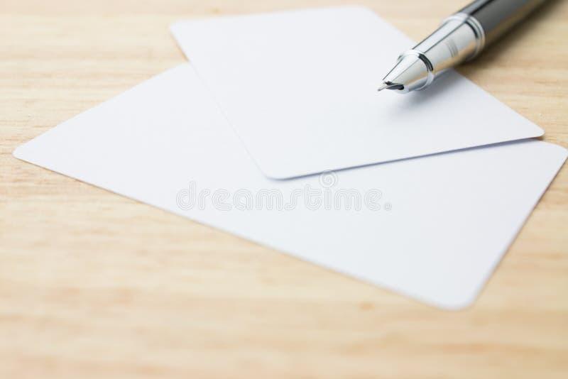 Carte de visite professionnelle et crayon lecteur de visite blanc photo stock