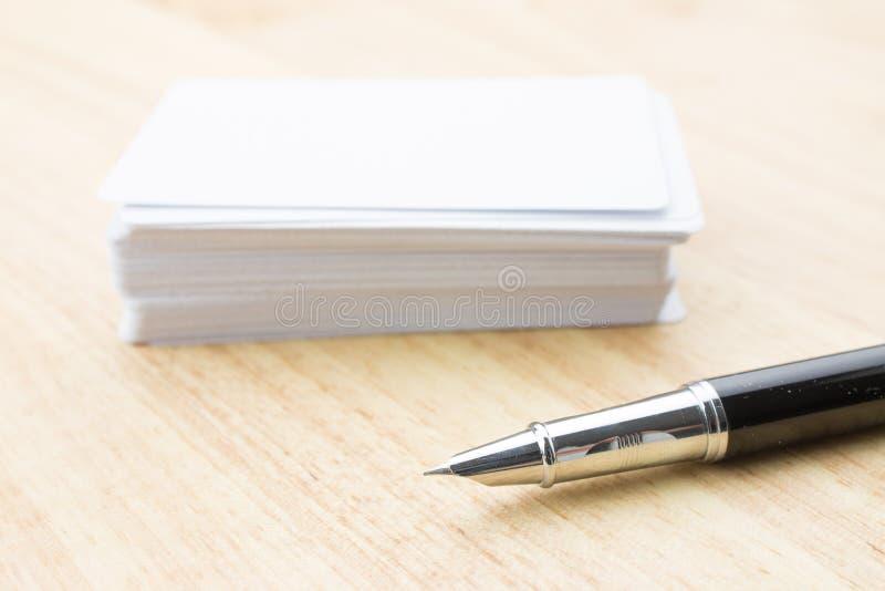 Carte de visite professionnelle et crayon lecteur de visite blanc image stock