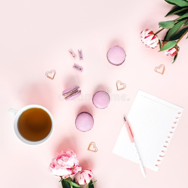 Carte de voeux avec des pivoines thé et macarons images stock