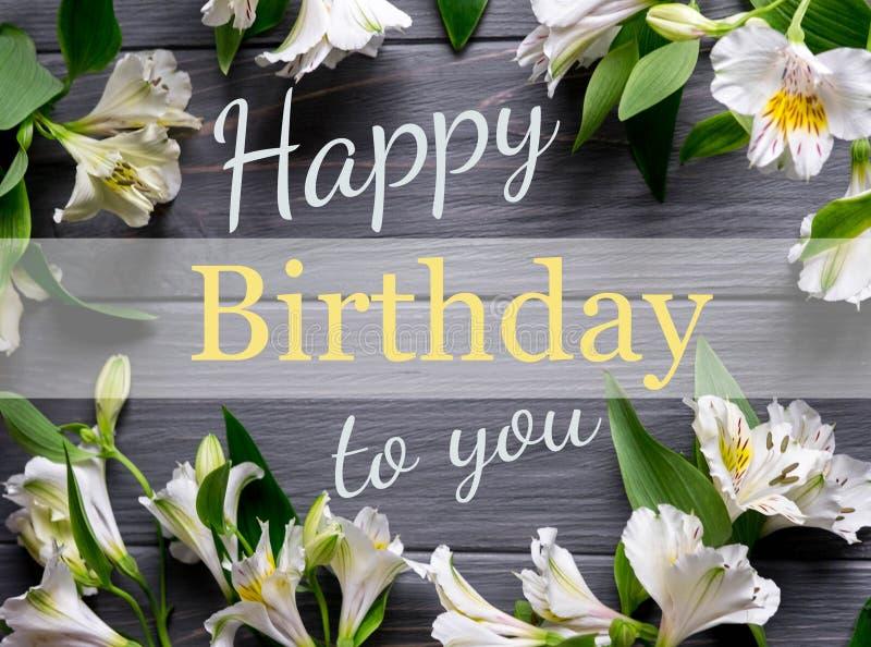 Carte de voeux avec le joyeux anniversaire d'inscription Salutation de félicitations à la fille, mère avec des fleurs sur un fond image stock