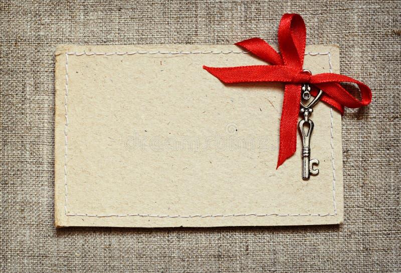 Carte de voeux avec le ruban rouge et une clé pour la Saint-Valentin images stock