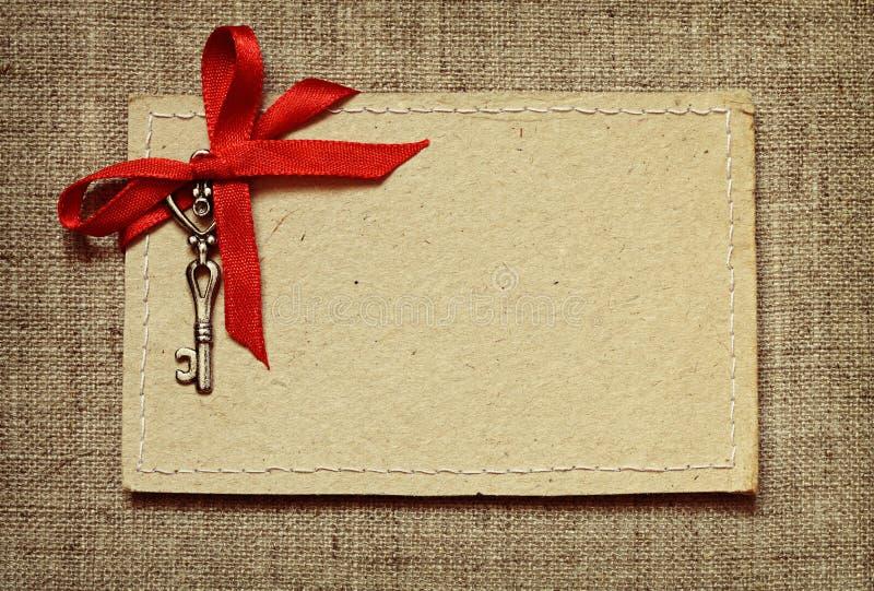 Carte de voeux avec le ruban rouge et une clé pour la Saint-Valentin photographie stock libre de droits