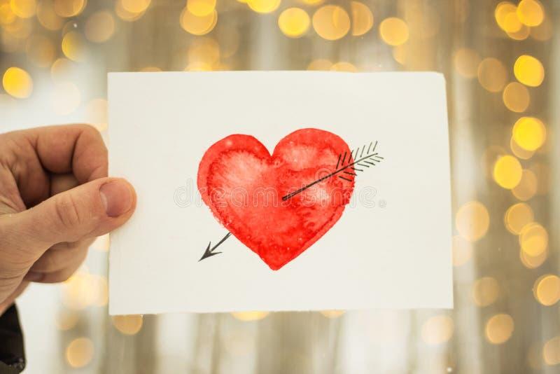carte de voeux avec un coeur peint rouge dans les mains, une déclaration de l'amour la Saint-Valentin photographie stock libre de droits