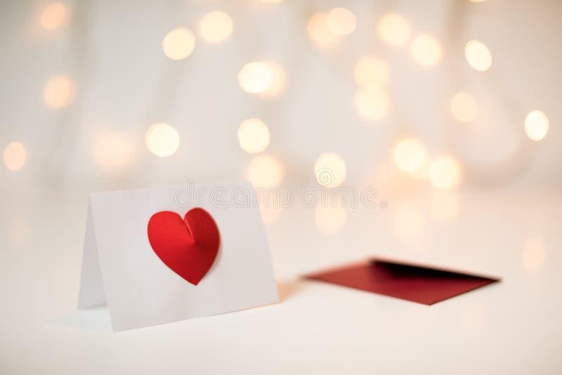 Carte de voeux blanche avec un coeur peint à la main rouge pour la Saint-Valentin photographie stock