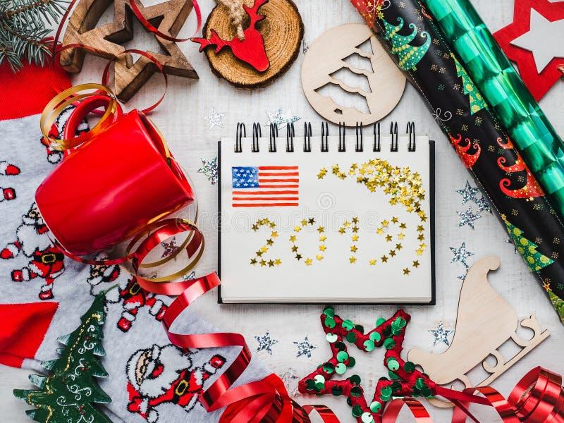 Carte de voeux de bonne année Ornements colorés de Noël images stock