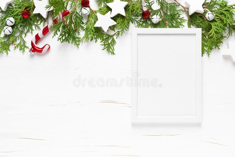 Carte de voeux d'hiver de Noël, Nouvel An ou Noël avec décorations, cadre, ornements de Noël, stars et cloches de Noël sur photo libre de droits