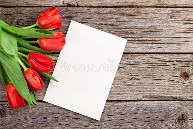 Carte de voeux de jour tulipes et de ` rouges s de Valentine photos stock