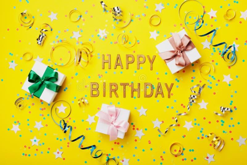 Carte de voeux de joyeux anniversaire avec les confettis, le cadeau ou la boîte et la serpentine actuelles sur la vue supérieure  image libre de droits