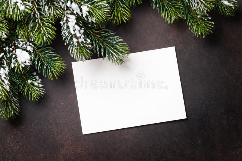 Carte de voeux de Noël et arbre de sapin au-dessus du fond en pierre image stock