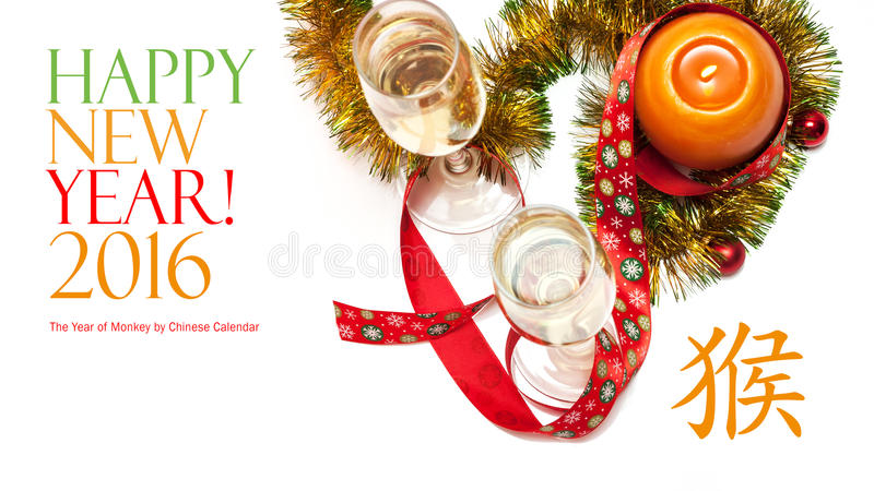 Carte de voeux de nouvelle année faite de deux verres de tresse de champagne, jaune et verte avec les boules rouges de Noël, ruba images libres de droits