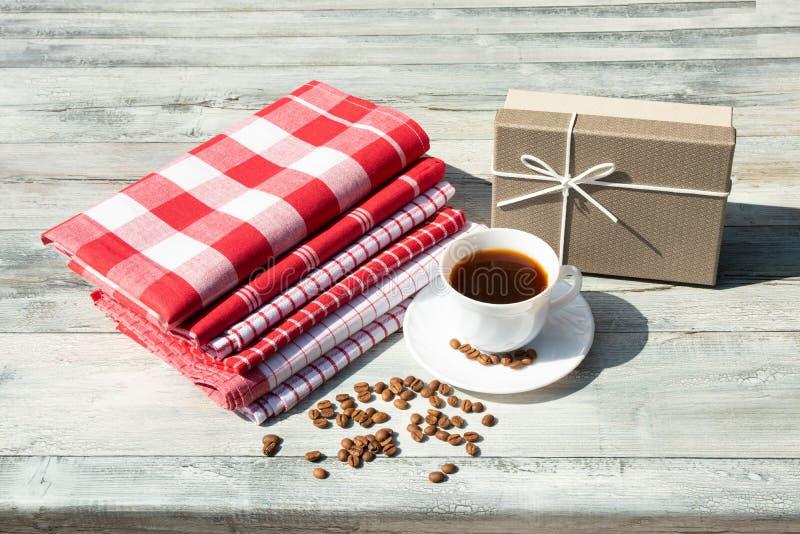Carte de voeux Giftbox d'anniversaire avec la tasse blanche de café noir W photo stock