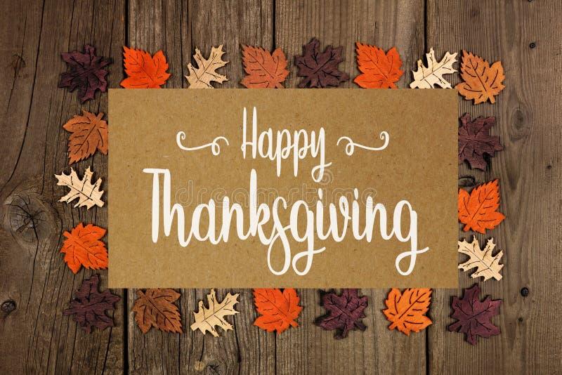 Carte de voeux heureuse de thanksgiving avec le cadre des feuilles d'automne en bois image stock