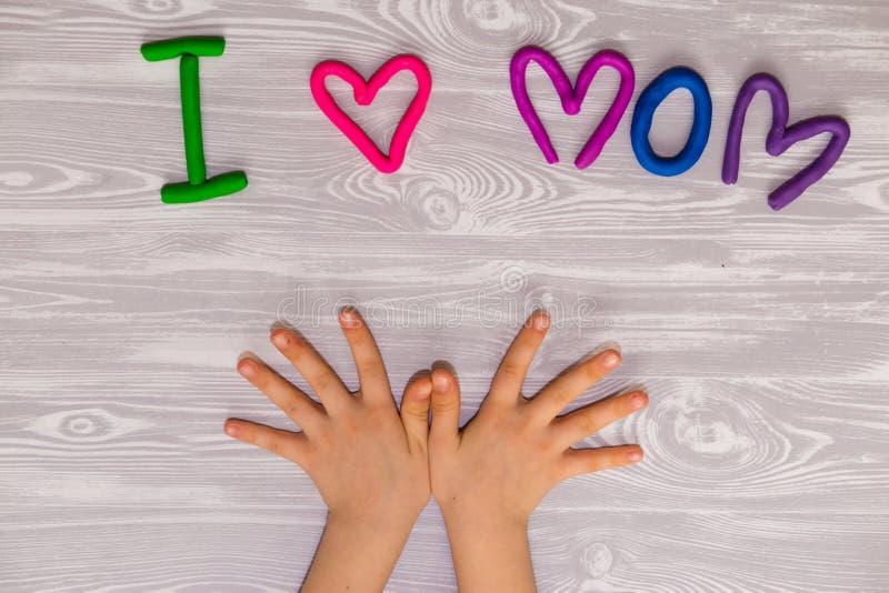 Carte de voeux de jour de mères avec le calibre des textes de pâte à modeler Présent fait main de métier d'enfants d'amusement po photographie stock