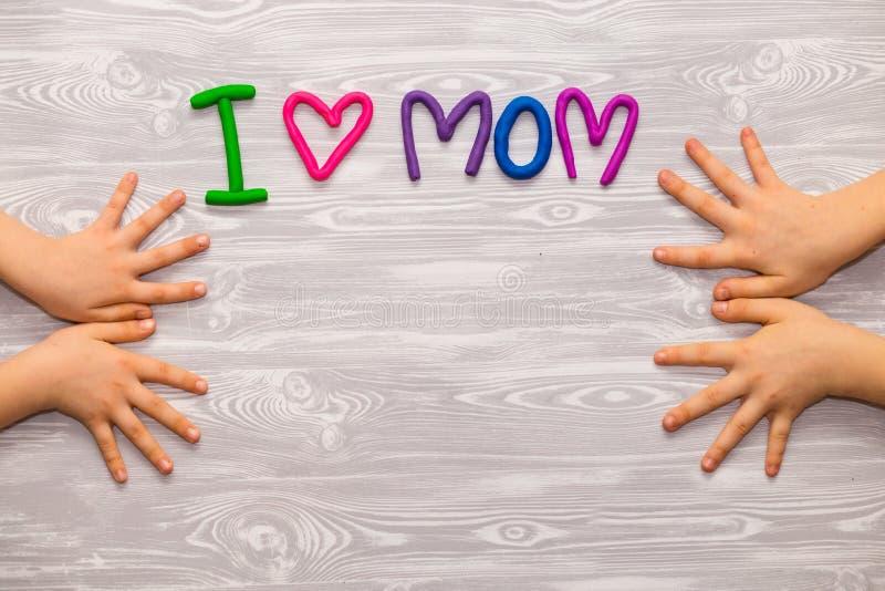 Carte de voeux de jour de mères avec le calibre des textes de pâte à modeler Présent fait main de métier d'enfants d'amusement po images libres de droits
