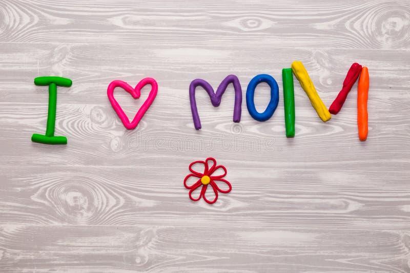 Carte de voeux de jour de mères avec le calibre des textes de pâte à modeler Présent fait main de métier d'enfants d'amusement po image libre de droits