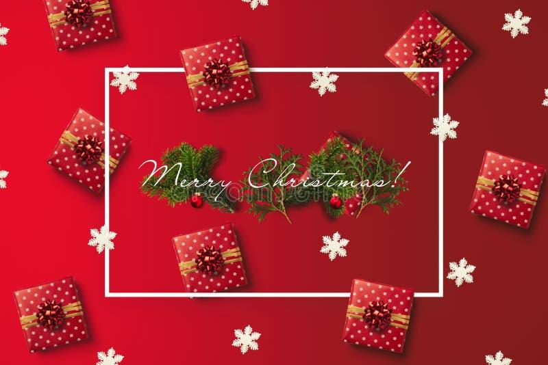 Carte de voeux de Joyeux Noël avec le cadre blanc Carte de vacances avec le modèle de cadeaux et de flocons de neige image libre de droits