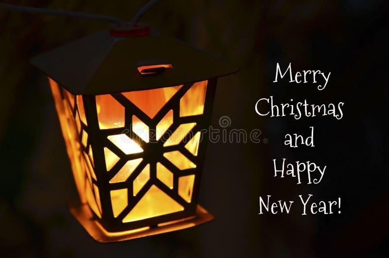 Carte de voeux de Joyeux Noël et de bonne année avec la lumière jaune de guirlande de cru sur un fond foncé Rétro ampoule images libres de droits