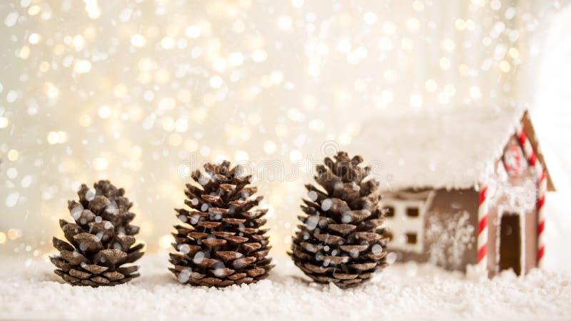 Carte de voeux de Joyeux Noël et de bonne année avec le copie-espace cônes de sapin et pain d'épice sous forme de maison Backg de image libre de droits