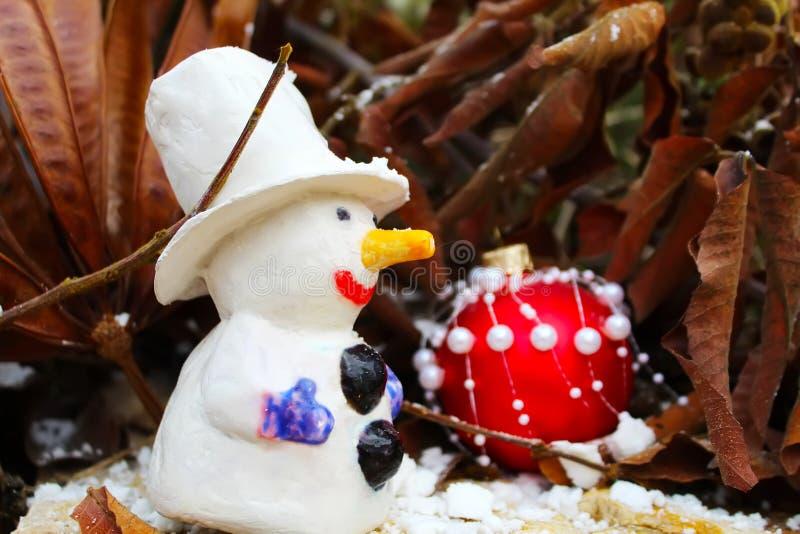 Carte de voeux de Joyeux Noël ou de bonne année Boule de bonhomme de neige et de Noël photos stock